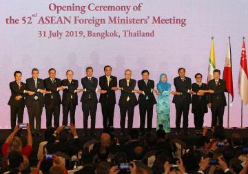 東南アジア諸国連合(ASEAN)外相会議の開会式典で記念撮影する各国外相ら=31日、バンコク(ロイター=共同)