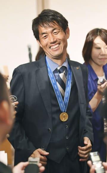 2018年8月、サッカーのU―20女子W杯を初制覇して帰国し、笑顔で取材に応じる日本代表の池田監督=東京都港区のホテル