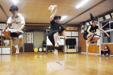 本番に向け三人加護を踊り、熱の帯びた稽古を重ねる滑田鬼剣舞保存会