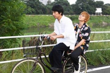 映画「影踏み」で主演する山崎さん(左)と弟役の北村さんが自転車に乗る場面=伊勢崎市内