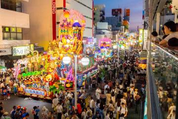 前夜祭で開幕した八戸三社大祭。27台の山車がライトアップされ、闇夜を鮮やかに彩った=31日午後7時15分ごろ、八戸市三日町の「はっち」から撮影