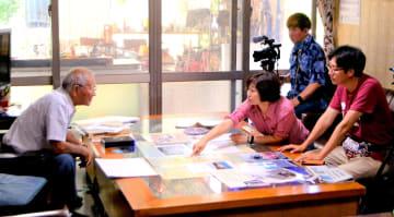 (写図説明)中村英雄さん(左端)を取材するリー・ソンギュプロデューサー(右端)ら釜山MBCスタッフ=28日、本部町健堅