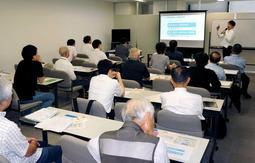 増税時の対応について学ぶ経営者ら=神戸市灘区友田町3、神戸商工会議所東神戸支部