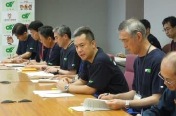 【豚コレラ対策本部員会議で今後の対策を指示する鈴木知事(中央)=三重県庁で】