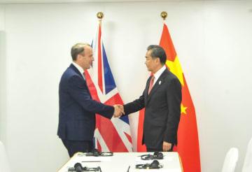 王毅氏、バンコクで英外相と会見 中国企業の差別ない処遇希望