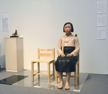 あいちトリエンナーレ2019で展示される「平和の少女像」(右)=1日午前、名古屋市の愛知芸術文化センター