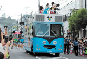 石巻市中心部をパレードしたディズニーのキャラクター