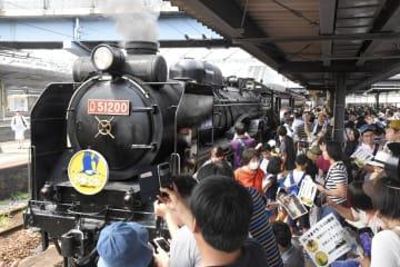 運行開始から40周年を迎えた「SLやまぐち号」と集まったファン=1日午前、山口市