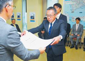 米津部長(左)から表彰状を受け取る受賞者ら