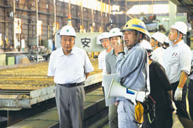 てついくの一環で、函館どつく室蘭製作所を見学する教員たち