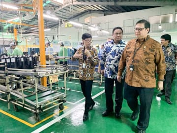 Indonesian Industry Minister Airlangga Hartarto (right) visits Panasonic's Jalan Raya Bogor factory in East Jakarta on Tuesday.
