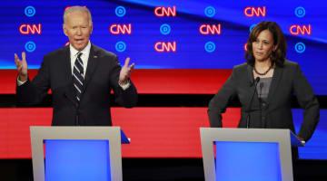 米民主党の大統領選候補者討論会に出席する、バイデン前副大統領(左)とハリス上院議員=7月31日、ミシガン州デトロイト(ロイター=共同)