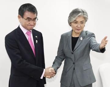 会談前に韓国の康京和外相(右)と握手する河野外相=1日、バンコク(共同)