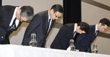 記者会見で不正利用被害を謝罪するセブン&アイHDの後藤克弘副社長(左から2人目)ら=1日午後、東京都千代田区