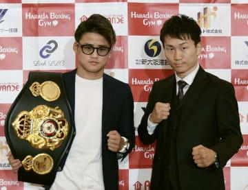 記者会見でポーズをとるWBAライトフライ級スーパー王者の京口紘人(左)と挑戦者の久田哲也=1日、大阪市