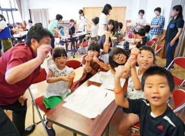 認知症の人を応援する「オレンジリング」を腕に着けた上南部学童保育所の児童(和歌山県みなべ町谷口で)