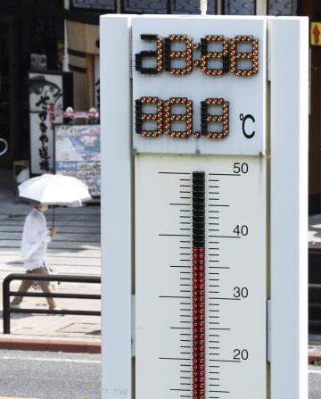 38度を超えた気温を表示する、岐阜県・JR多治見駅前に設置された温度計=1日午後1時28分