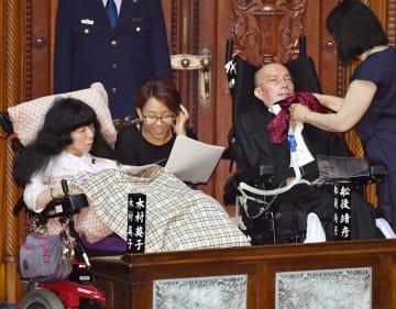 参院本会議に臨むれいわ新選組の(左から)木村英子氏、(1人おいて)舩後靖彦氏=1日午後