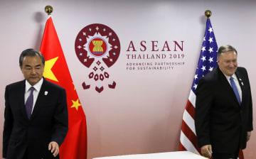 会談に臨む中国の王毅国務委員兼外相(左)とポンペオ米国務長官=1日、バンコク(ロイター共同)