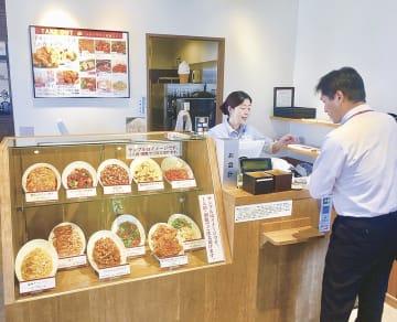 持ち帰りメニューのショーケースや専用レジを設置する「ロンフーキッチン加木屋中華東海店」(東海市)