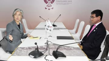 河野外相(右)との会談に臨み、メディアの退室を促す韓国の康京和外相=1日、バンコク(共同)