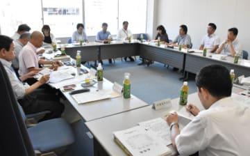 本県の最低賃金について議論をスタートさせた宮崎地方最低賃金審議会委員ら=1日午後、宮崎市・宮崎地方労働局