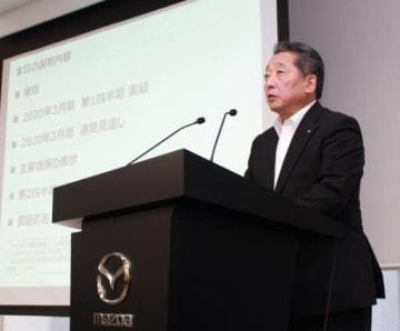 記者会見で4~6月期の業績を説明する藤本常務執行役員(東京)