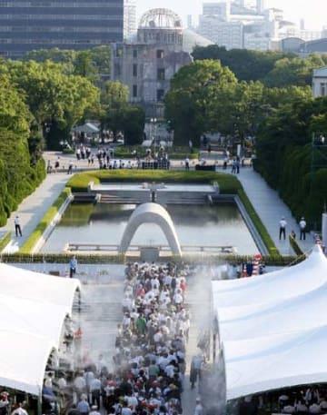 平和記念式典が営まれた昨年8月6日、原爆慰霊碑への祈りの列が続いた平和記念公園(広島市中区)