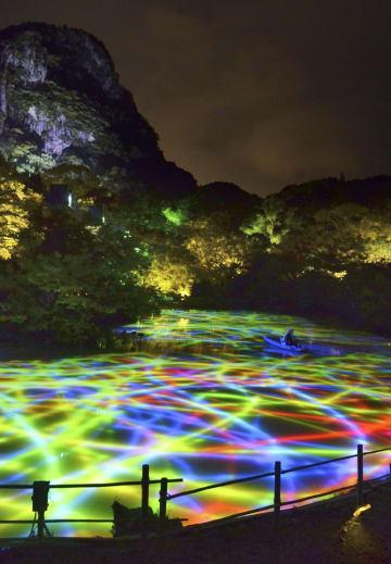 佐賀県武雄市の「御船山楽園」で開かれているデジタルアート展「かみさまがすまう森」=7月11日