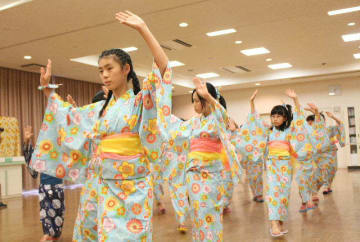 高齢化で踊り手が減少。「手助けできれば」と踊りの練習に励む児童ら=玖珠町