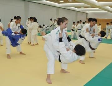 【2人1組で練習するポルトガルと日本の参加者=津市北河路町の三重武道館で】