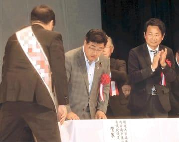 個人演説会の壇上で並び、候補者とあいさつする(右から)小熊、菅家両氏=会津若松市内(写真を一部加工しています)