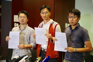 Eddie Chu (centre). Photo: inmediahk.net.