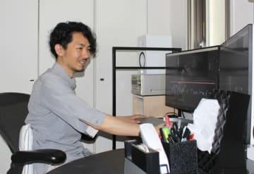 亡き母への思いを込めた映画を故郷の十日町市で上映する岡元雄作監督=東京都新宿区
