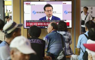 日本政府が「ホワイト国」から韓国を除外する政令改正を閣議決定したことを報じるソウル駅のテレビ=2日(共同)