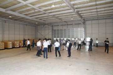大規模災害時に空輸された救援物資を仕分け、一時保管する「岡山県防災航空物資センター」内部。両サイドは県の物資を備蓄するスペースになっている