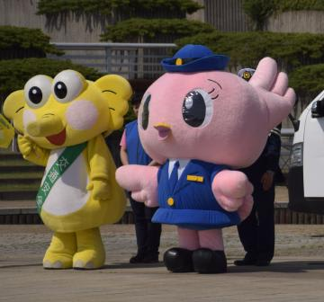 屋外での活動を当面自粛する県警の「こひばりちゃん」(右)=5月、ひたちなか市内