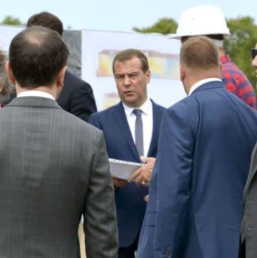 択捉島を訪れたロシアのメドベージェフ首相(中央)=2日