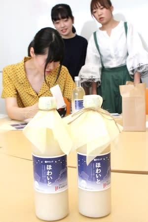 3日に発売される甘酒「糀ドリンクほわいと」=新潟市秋葉区