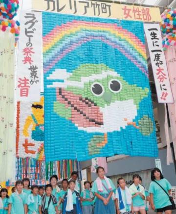 七夕飾りを見ながら歩く子どもたち。ラグビーワールドカップにちなんだ作品が目立った=2日午前、大分市中央町の竹町通商店街