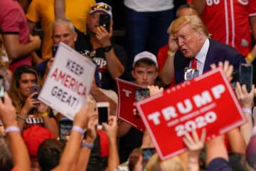 米中西部オハイオ州シンシナティの支持者集会で、謝意を示すトランプ大統領=1日(ロイター=共同)