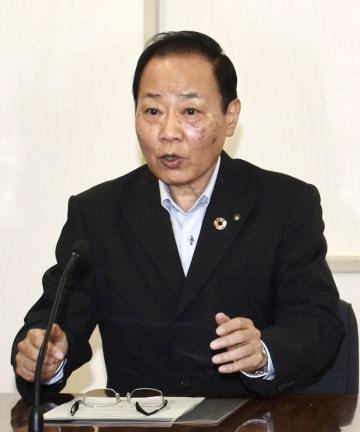 報道陣に説明する北九州市の梅本和秀副市長=2日午後、北九州市役所