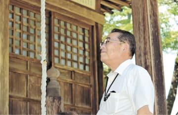 移転された御嶽神社の境内を眺める佐藤さん=1日、栗原市花山