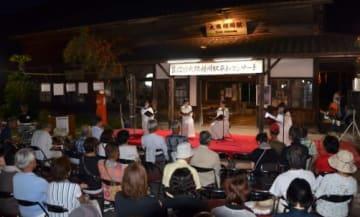 機銃掃射痕が残る駅舎の前で開かれた平和コンサート=霧島市のJR大隅横川駅