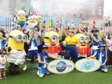 """テーマパークの夏といえば、ここ数年の定番は""""ずぶ濡れイベント""""です。日本を代表するテーマパーク、ユニバーサル・スタジオ・ジャパンと東京ディズニーリゾートでも、暑い夏にピッタリのイベントが目白押し。2大テーマパークの夏イベントをパーク別に紹介します。"""