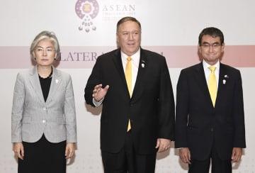 3カ国外相会談を終えた(左から)韓国の康京和外相、ポンペオ米国務長官、河野外相=2日、バンコク(共同)