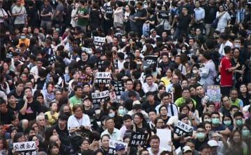 2日、香港で開かれた公務員集会の参加者ら(共同)
