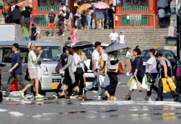 今年最高の37.9度を記録し、京都市内では「逃げ水」現象が見られた(2日午後3時17分、東山区四条通大和大路から東を望む)
