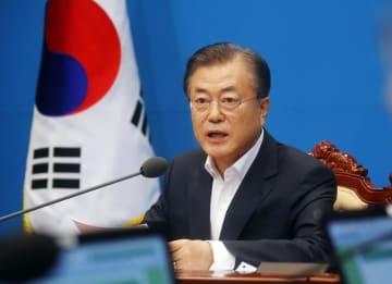 2日、臨時閣議で発言する韓国の文在寅大統領=ソウル(AP=共同)