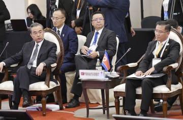 ARF閣僚会議に臨む中国の王毅国務委員兼外相(左)と北朝鮮の金第峰駐タイ大使(右)=2日、バンコク(共同)